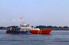 Cứu hộ ba thuyền viên tàu Phú Mỹ 17 bị chìm tại vịnh Gành Rái