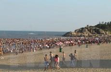 Dịp nghỉ lễ 30/4 và 1/5 các bãi biển xứ Thanh đông nghẹt người