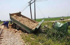 Nghệ An: Va chạm với tàu hỏa, tài xế xe tải tử vong trong cabin