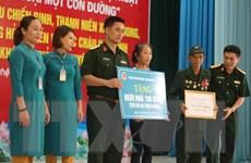 Ban Thanh niên Quân đội thăm, tặng quà cựu bộ đội Trường Sơn ở Nghệ An