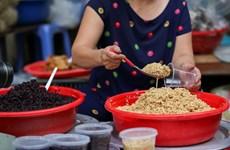 Thị trường thực phẩm chế biến sẵn sôi động dịp Tết Đoan Ngọ