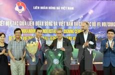 Wolfsburg và cựu danh thủ Littbarski ký kết hợp tác với VFF