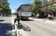 Băng qua dải phân cách, một phụ nữ bị xe tải đâm tử vong