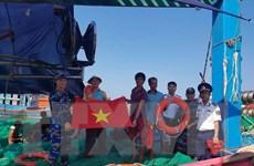 Tặng cờ Tổ quốc - tiếp sức ngư dân vươn khơi, bám biển