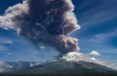"""Núi lửa ở thành phố đông dân thứ ba của Indonesia """"thức giấc"""""""
