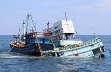 Tàu cá Indonesia chở hơn 30 người bị đắm ngoài khơi Nam Kalimantan