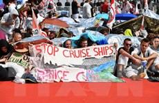 """Hàng trăm người biểu tình """"xâm chiếm"""" thảm đỏ Venice"""