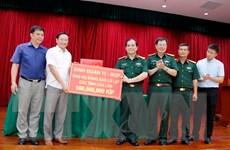 Người Việt ở Lào giúp người dân địa phương khắc phục thiên tai