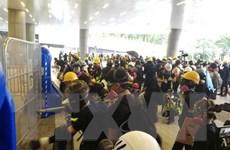 Cảnh sát Hong Kong bắn đạn hơi cay giải tán biểu tình gần trụ sở PLA