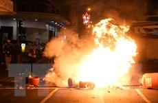Người biểu tình Hong Kong tấn công cảnh sát bằng thiết bị nổ tự chế