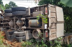 Xe tải chở ximăng lật xuống vực, cả gia đình 4 người thoát chết