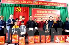 Giám đốc Học viện Chính trị Quốc gia Hồ Chí Minh tặng quà cho hộ nghèo