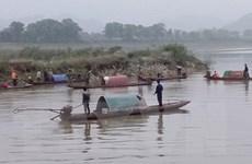 Nỗ lực tìm kiếm hai vợ chồng bị lật thuyền đánh cá trên sông Mã