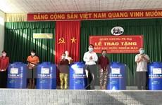 Trao máy lọc nước và bồn chứa cho dân Vĩnh Long bị ảnh hưởng hạn mặn