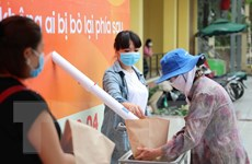 """Cây """"ATM gạo"""" đầu tiên ở Hà Nội được lắp đặt để giúp đỡ người nghèo"""