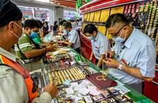 Căng thẳng Mỹ-Trung và USD suy yếu chặn đà giảm của vàng châu Á