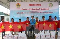 Lễ trao 2.000 lá cờ Tổ quốc cho ngư dân ở tỉnh Tiền Giang