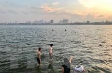 Người dân Thủ đô đua nhau đến bãi tắm tự phát bất chấp nguy hiểm