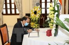 Thứ trưởng Nguyễn Quốc Dũng ghi sổ tang viếng nguyên Tổng thống Ấn Độ