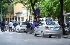 """Xử lý nhiều nhưng taxi vẫn """"bủa vây"""" cổng bệnh viện gây mất mỹ quan"""