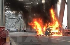 Kịp thời khoanh vùng đám cháy xe ôtô trên cầu Chương Dương