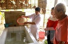 Phát thuốc, hỗ trợ dân vệ sinh môi trường, sát khuẩn nguồn nước sau lũ
