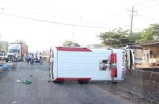 Bình Phước: Xe cấp cứu mất lái đâm dải phân cách, 2 người bị thương