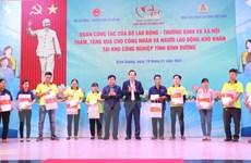 Bộ trưởng Lao động-Thương binh-Xã hội tặng quà Tết cho công nhân
