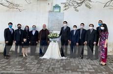 Đặt hoa tưởng niệm các nhà báo Algeria hy sinh tại Việt Nam