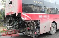 Yên Bái: Xe đầu kéo va chạm với xe du lịch làm 2 người bị thương