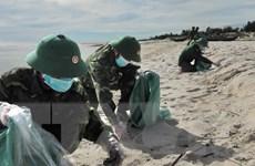 Tỉnh Quảng Bình thu gom khoảng 750kg dầu dạt vào bờ biển