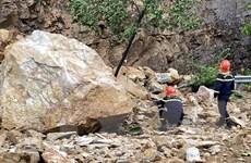 Bình Định: Sạt lở núi, đá rơi xuống đường, ba người bị thương