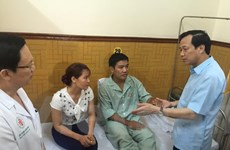 Bộ trưởng Đào Ngọc Dung thăm phi công Su-30MK2 Nguyễn Hữu Cường