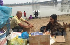"""Bài 3: Vợ chồng nghèo bên sông Hồng """"nhặt yêu thương"""" cho Tết"""