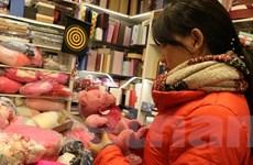 Nhộn nhịp thị trường quà tặng Valentine, chocolate vẫn hút khách
