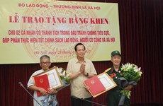 Hai ông lão ở Bắc Ninh nhận bằng khen nhờ thành tích chống tham nhũng