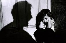 Bé gái nghi bị dí sắt nung vào người đã được cách ly khỏi bố và mẹ kế