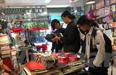[Photo] Hà Nội: Rộn ràng mua sắm quà tặng ngày lễ tình yêu Valentine