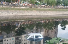 Hà Nội: Ôtô bốn chỗ bất ngờ lao xuống sông Tô Lịch