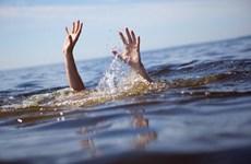 Hà Nội: Cấp cứu bé trai đuối nước ở công viên nước Thanh Hà