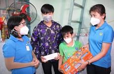Tặng sổ tiết kiệm cho con của đoàn viên công đoàn mồ côi vì COVID-19