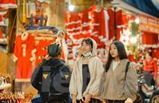 Giới trẻ ''check-in'' đón không khí Giáng sinh sớm trên phố Hàng Mã