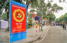 [Photo] Phố phường Thủ đô trang hoàng chào mừng Đại hội Đảng XIII