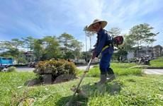 Người lao động Hà Nội vất vả mưu sinh dưới cái nắng gay gắt mùa Hè