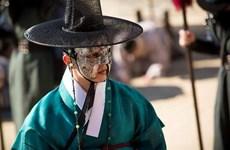 'Mặt nạ quân chủ': Hành trình thoát khỏi thân phận bù nhìn