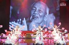 'Quà tháng Năm dâng Người': Thành kính nhớ về vị cha già của dân tộc