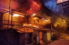 Hà Nội: Tạm thời khống chế đám cháy lớn tại kho của Công ty Rạng Đông