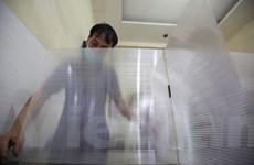 Chủ quán cơm bụi bỏ tiền lắp tấm chắn giọt bắn chống dịch