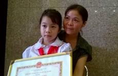 Nghẹn ngào trước nghị lực của em bé khuyết tật lớp 2 ở Mê Linh