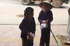 Phẫn nộ cảnh vét sạch quà từ thiện mùa dịch dành cho người nghèo